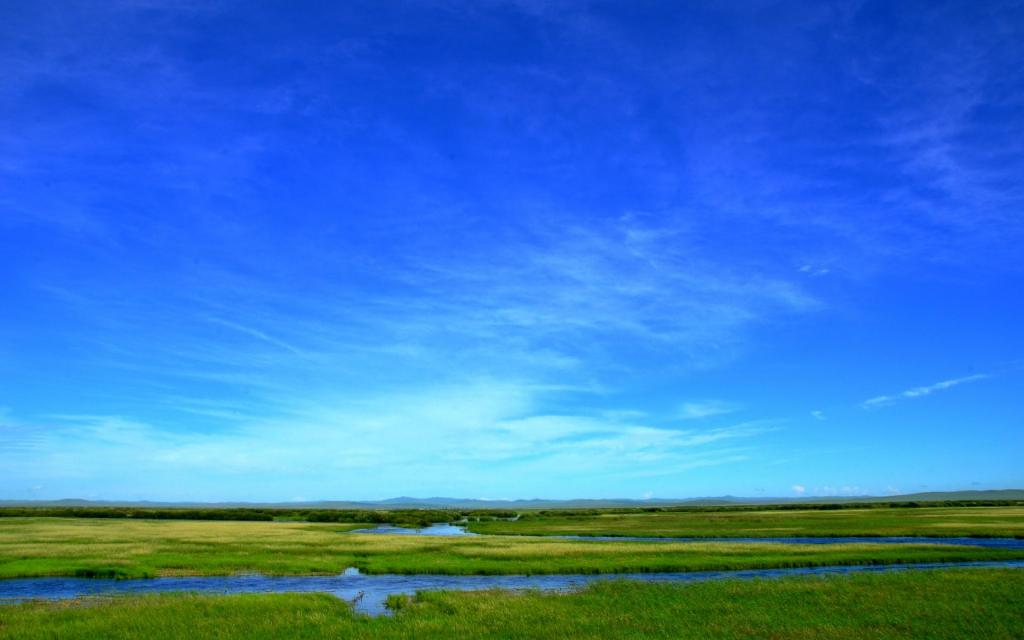 蓝天下呼仑贝尔草原风光