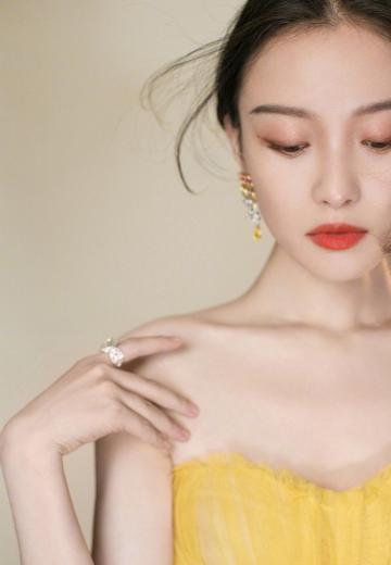 倪妮今日活动造型黄色抹胸纱裙惊艳写真