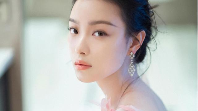 倪妮粉色羽毛长裙甜美写真