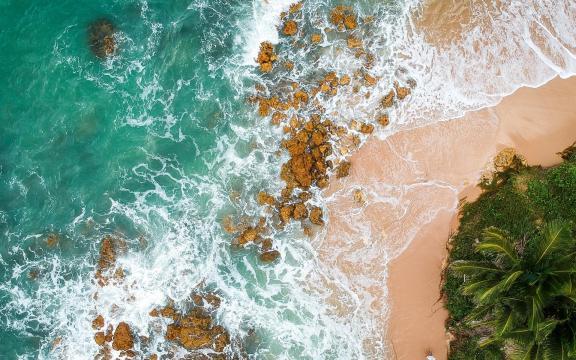 鸟瞰唯美海边景色