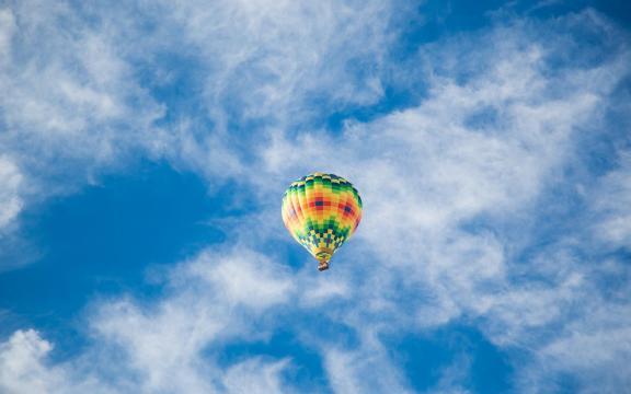 翱翔天空的热气球