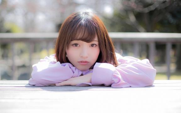 日本清纯温柔长发美女三田寺円室外写真