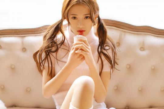 清纯美少女室内私房性感写真