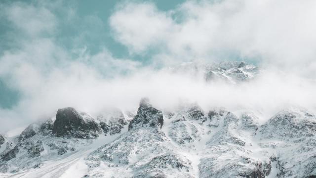 天空下唯美的大自然雪景