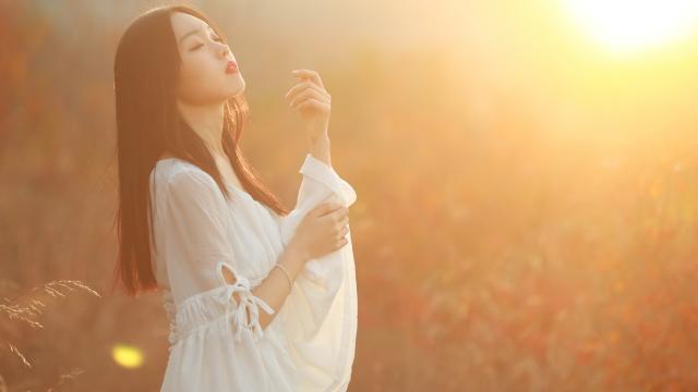 夕阳下美丽性感的白衣美女户外写真