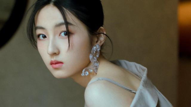 张子枫衬衫裙女人味十足写真
