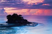 夜幕下的巴厘岛海神庙