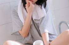 可爱短发虎牙美女浴室写真