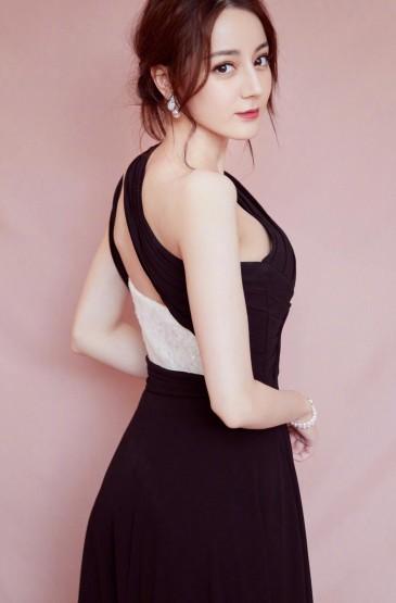 迪丽热巴斜肩高叉裙写真