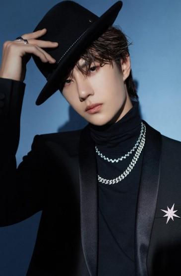 王一博黑色礼服优雅贵气写真