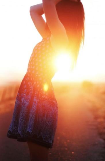 欧美美女夕阳背影