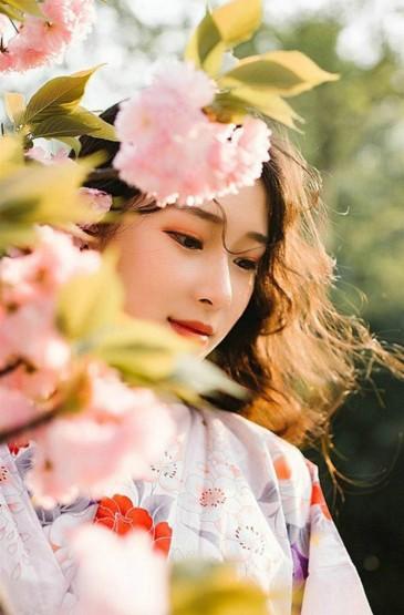 樱花树下清纯美女写真