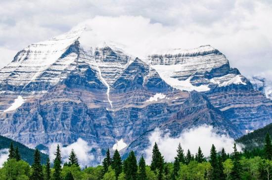 沿路上挺拔险峻山脉大自然景色