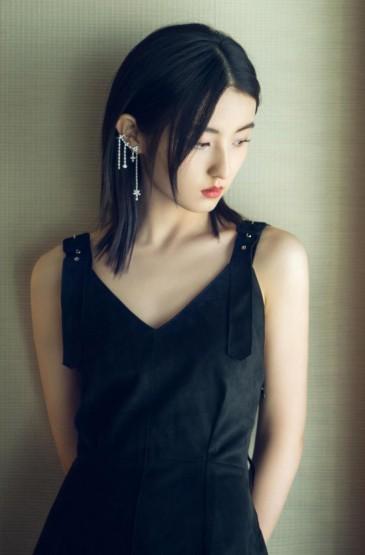 张子枫黑色长裙迷人写真