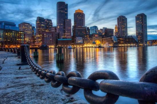 波士顿河岸在大厦灯光的照耀下熠熠生辉